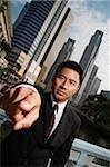 Homme d'affaires, pointant à la caméra