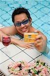 Homme dans la piscine en prenant la photo