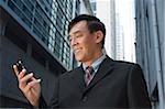 Homme d'affaires, téléphone mobile, en regardant souriant