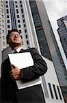 Homme d'affaires détenant l'ordinateur portable et accès à distance