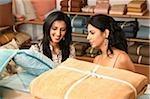 deux femmes shopping pour appareils ménagers
