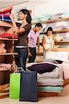 trois personnes, faire du shopping dans le magasin de tissu