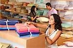 trois personnes shopping pour appareils ménagers