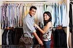 couple shopping vêtements pour hommes