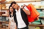 couple avec sacs à provisions