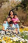 Jeune famille dans le parc