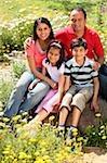 famille assis sur rocher