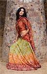 jeune femme en sari, pilier de Pierre
