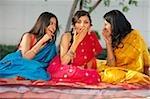 trois femmes en saris, commérages