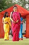 trois femmes en saris devant la tente rouge