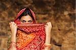 femme avec sari couvrant le visage