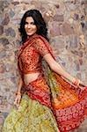 jeune femme en sari, mur de Pierre