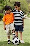 deux petits garçons avec ballon de soccer