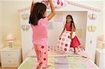 Petites filles en jeu dans leur chambre à coucher