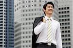 Portrait d'homme d'affaires avec la veste sur l'épaule
