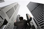 Homme d'affaires, levant les bras en l'air