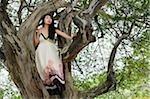 Jeune femme dans l'arborescence