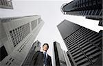 Homme d'affaires entre les bâtiments