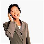 Exécutif femme parlant au téléphone cellulaire, fond blanc