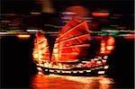 Jonque chinoise de Chine, Hong Kong, dans le port de Hong Kong la nuit