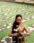 Danseuse balinaise de Bali, en Indonésie, en costume traditionnel, dans le jardin, élevé vue