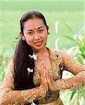 Danseuse balinaise de Bali, en Indonésie, en costume traditionnel, portrait en champ