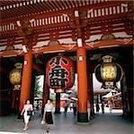 Japan, Tokyo, Asakusa, tourists walking out the Hozomon Gate at Kannon Temple