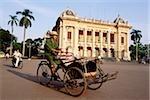 Vietnam, Hanoi, Cyclo devant le Théâtre Municipal