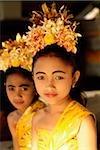 Danseurs de jeunes balinais de Bali, en Indonésie, en costume.