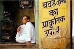 En Inde, un homme assis dans l'embrasure de la porte