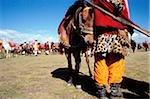 Chine, Szechuan (Sichuan), région de Kham, un homme en costume de Khampa se tient avec son cheval au summer festival nomade.