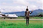 Indonésie, Irian Jaya, Dani guerrier, avion moderne en arrière-plan