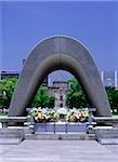 Japon, Hiroshima Peace Memorial Park, Memorial cénotaphe en mémoire des victimes de la bombe atomique