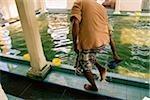 Malaisie, Penang, Indien musulman laver ses pieds dans un rituel des ablutions avant la prière à la mosquée de Kapitan Kling.