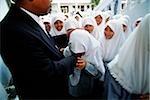 Indonesien, Jakarta, muslimische Studenten küssen Hand des Rektors Noer Muhammad Iskandar, als ein Zeichen des Respekts.