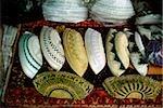 Singapour, prière brodé caps (appelés songkoks) sont empilés haut dans un magasin près de la mosquée de Sultan.