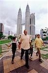 Famille malais de Malaisie, Kuala Lumpur, marche, Petronas Twin Towers en arrière-plan.