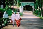 Malaisie, Johor Bahru, jeunes filles musulmanes, marchant dans une rue.