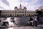 Vietnam, Ho Chi Minh-ville, l'hôtel De Ville (bâtiment de Comité populaire), les gens sur les motocyclettes au premier plan.