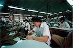 Vietnam, Ho-Chi-Minh-Stadt, Frauen Nähen Stoff in einer Fabrik.