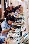 Vietnam, Ho-Chi-Minh-Stadt, Frauen zum Montieren von Leiterplatten in einer Fabrik arbeiten.