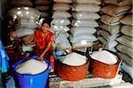 Myanmar (Birmanie), Yangon (Rangoon), une femme birmane vente de riz de différentes qualités d'un marché à Yangon.