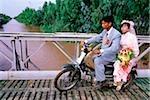 Vietnam, la région du Delta du Mékong, Long Xuyen, mariée et le marié sur le pont de croisement de vélomoteur.
