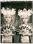 Indonésie, Bali, Amlapura, Legong deux danseurs en costumes complets tenant des fans.