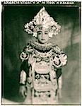 Indonésie, Bali, Amlapura, Baris danseuse en costume complet.