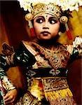 Indonésie, Bali, Amlapura, Legong danseur en position de danse.