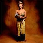 Indonésie, Bali, Ubud, Bali homme coq de combat holding.