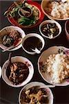 Myanmar (Birmanie), Kyaiktiyo, choix des aliments birmane à l'étal de nourriture bord de la route.