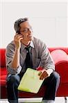 Homme en chemise et cravate, à l'aide de téléphone portable