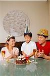Famille avec un fils, fêter un anniversaire